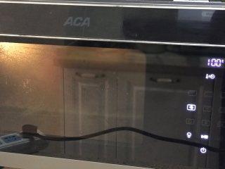 大米发糕,放入蒸烤箱中选择纯蒸模式100度蒸40分钟,再焖10分钟;或者选择蒸锅,开锅后中大火蒸30分钟,焖5分钟后取出。