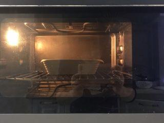 千层面,放入预热好的烤箱,185度烤15分钟左右至芝士融化即可。