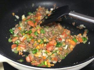千层面,加入其他配菜翻炒、翻炒片刻即加入所有调料。