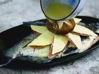 清蒸扁鱼最好吃的做法,味道鲜美,口感鲜嫩,淋上高汤,沸水蒸7分钟即可
