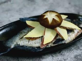 清蒸扁鱼最好吃的做法,味道鲜美,口感鲜嫩,再将火腿、冬笋片、香菇码在鱼身上