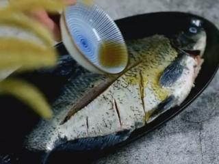 清蒸扁鱼最好吃的做法,味道鲜美,口感鲜嫩,淋上料酒、盐、胡椒粉,腌制10分钟