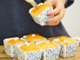北海道芝士奶油杯子蛋糕,蛋糕体完全冷却时, 将内馅挤入