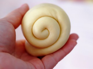 超绵软吐司(一次发酵),由上至下卷起,两圈半为宜。