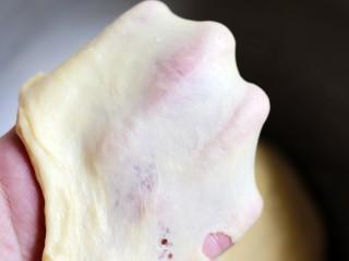 超绵软吐司(一次发酵),面团揉至可以拉出比较坚韧的手套膜即可。