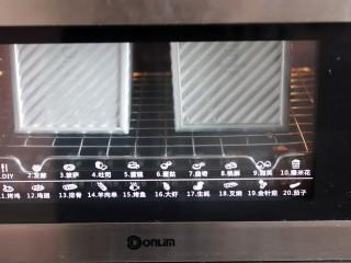 超绵软吐司(一次发酵),烤箱200度预热,放入烤箱烘烤40分钟。