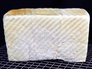 超绵软吐司(一次发酵),烤好的吐司立即取出,轻磕模具倒出放在凉架上放量。