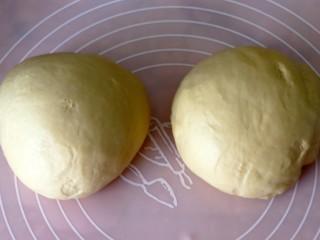 超绵软吐司(一次发酵),我做的两个,所以面团分成的两份揉圆。
