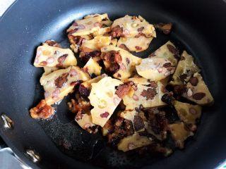 古方红糖七彩豆年糕,翻炒片刻,尽量让每块年糕都裹上油