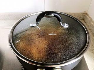 古方红糖七彩豆年糕,盖上锅盖,转小火,焖煮至汤汁差不多收紧(约摸两三分钟)