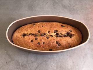 香蕉巧克力豆蛋糕,烤好后晾凉脱模