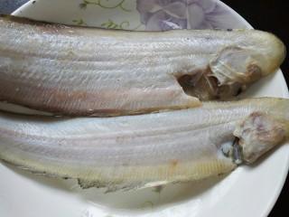 红烧舌鳎鱼,去除内脏和鱼鳃并清洗干净