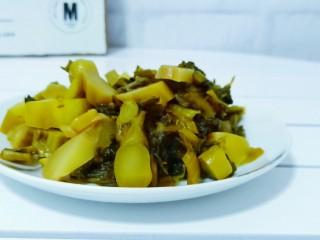 酸菜昂刺鱼,酸菜切小段。