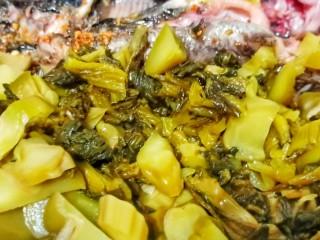 酸菜昂刺鱼,昂刺鱼推一边,下酸菜翻炒出香味。