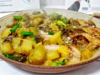 酸菜昂刺鱼,这道菜经过煎鱼肉就会去除腥味,酸菜经过炒软就能把酸味逼出来,再经过焖煮,水分一出一收之后,鱼肉鲜嫩味美带着酸菜味,又不至于会很酸。