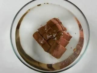 手鸭血粉丝汤,热乎乎的赶快来上一碗吧,鸭血切小块放入清水中备用。