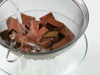 手鸭血粉丝汤,热乎乎的赶快来上一碗吧,加少许盐浸泡,流水洗净。
