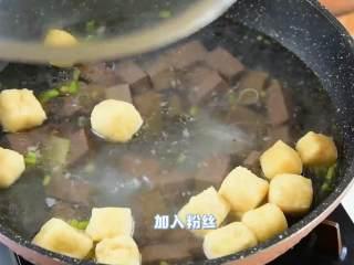 手鸭血粉丝汤,热乎乎的赶快来上一碗吧,加入粉丝,加盖煮5分钟。