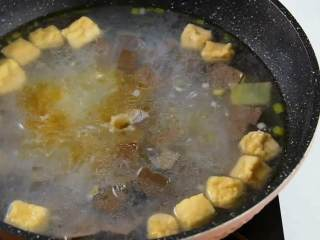 手鸭血粉丝汤,热乎乎的赶快来上一碗吧,加入盐、鸡精、生抽调味。