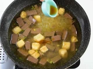手鸭血粉丝汤,热乎乎的赶快来上一碗吧,出锅前加入胡椒粉、芝麻油,再撒上香菜即可。