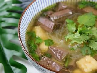 手鸭血粉丝汤,热乎乎的赶快来上一碗吧,一碗能让你吃到底儿掉的鸭血粉丝汤。