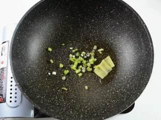 手鸭血粉丝汤,热乎乎的赶快来上一碗吧,热锅冷油,爆香葱、姜。