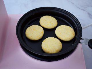 无糖版南瓜饼,平底锅刷一层薄薄的食用油,再放入南瓜生胚,小火慢煎至表面金黄色