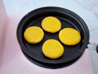 无糖版南瓜饼,再翻另一面继续小火煎至金黄色即可