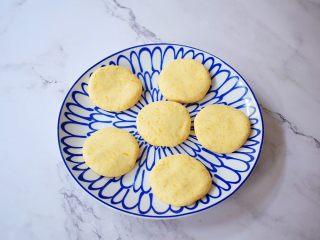 无糖版南瓜饼,把面团分成30克为一份的小面团,揉圆后再按压成饼形,依次全部做完所有的面团