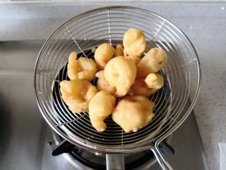 椒盐软炸虾——教你做挂浆饱满的软炸虾,炸到金黄色捞出,注意不要炸过了。