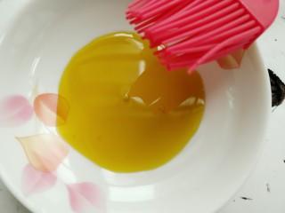 自制肠粉,准备刷子和油。