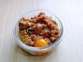 洋葱圈鸡蛋肉糜饼,提前用绞肉机绞好的肉糜,放入器具中,加入盐,十三香,料酒,生抽,鸡蛋。