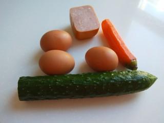 #微波炉食谱#三丁蒸蛋糕,鸡蛋三个,黄瓜。胡萝卜,午餐肉准备好。