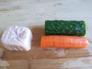 #微波炉食谱#三丁蒸蛋糕,胡萝卜黄瓜个一小节洗干净。