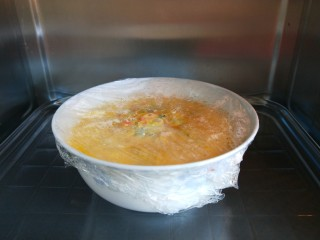 #微波炉食谱#三丁蒸蛋糕,垫上抹布取出来。