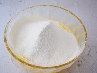 柠檬玛德琳蛋糕,筛入低筋面粉和泡打粉,搅拌均匀