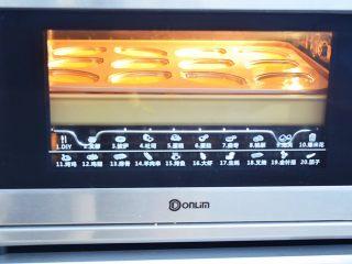 柠檬玛德琳蛋糕,放入预热好的烤箱中,上下火160度,中层烤22-25分钟,烤好取出趁热脱模晾凉,我是直接放在烤盘上烤的,这样能预防底部上色过深,不像柠檬的淡黄色