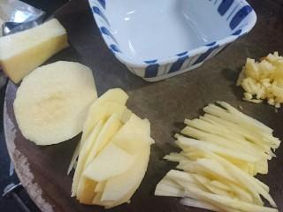 苹果凤梨酥,苹果去皮去核切块再切片最后切小丁
