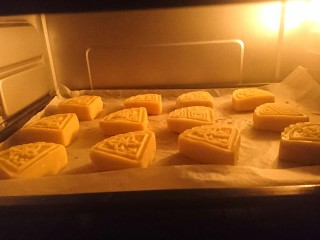 苹果凤梨酥,烤箱预热后,160°上下火烤20至25分钟即可