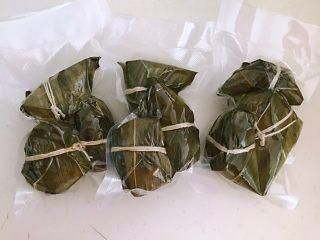 蜜豆糯米粽子,每次可以多包一点,煮熟晾凉后用真空包装袋密封好,放入冰箱冷藏保存,吃的时候拿出来热一下就可以,非常方便~