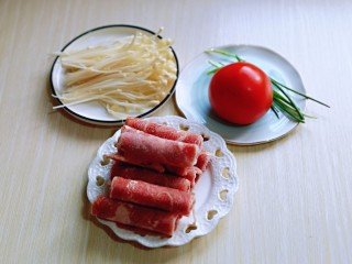 味道鲜美的茄汁肥牛卷,准备食材,食材可以根据个人胃口增减,首先将<a style='color:red;display:inline-block;' href='/shicai/ 234/'>金针菇</a>去根,撕成小朵,洗干净备用。
