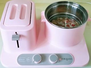 味道鲜美的茄汁肥牛卷,<a style='color:red;display:inline-block;' href='/shicai/ 9692/'>肥牛卷</a>焯水, 锅中加入水烧开,下肥牛卷,烫变色后立即捞出。