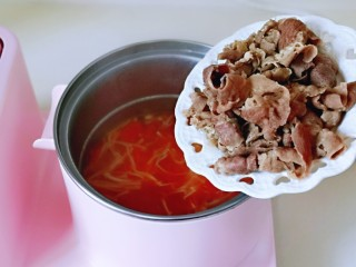 味道鲜美的茄汁肥牛卷,加入烫过的肥牛煮1分钟断开电源。