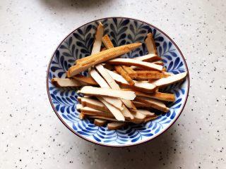 蚝油胡萝卜青椒香干炒肉丝,香干冲洗一下之后切成丝