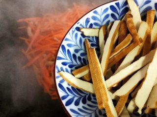 蚝油胡萝卜青椒香干炒肉丝,下香干