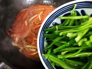 蚝油胡萝卜青椒香干炒肉丝,加入青椒,翻炒30秒