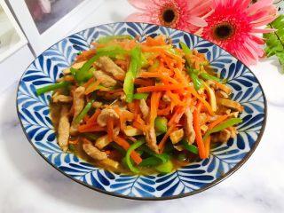 蚝油胡萝卜青椒香干炒肉丝,成品图