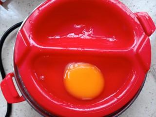 班尼迪克蛋,给蛋盆中,加入一点点水,打入一个鸡蛋