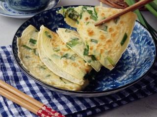 韭菜鸡蛋饼,一共可以烙出两张大饼