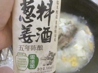 汤白鱼鲜好美味,鲫鱼豆腐汤,8.加入料酒。